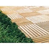 Drewniany podest ryflowany do ogrodu